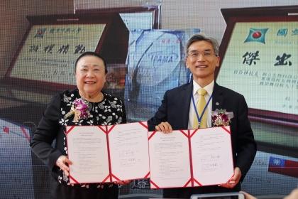 國際會員加特福生技入會簽約,由興大校長薛富盛(右)與加特福董事長程伶輝簽署